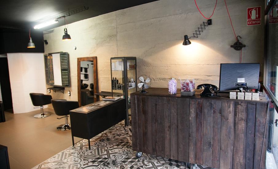 En la peluquería La Salvajería en Palma tiene gran presencia la madera.
